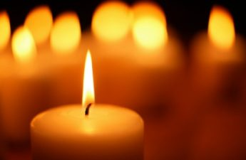 popularna świeca gromniczna w kościele